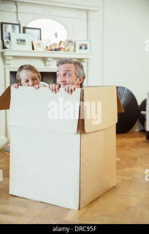 Père et fils jouant en boîte carton Banque D'Images