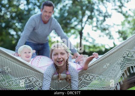 Le père et les enfants portant en hamac en plein air Banque D'Images