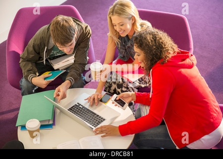 University students using laptop in lounge Banque D'Images
