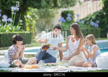 Pique-nique en famille au bord de la piscine Banque D'Images