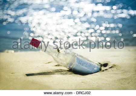 Message en bouteille sur la plage Banque D'Images
