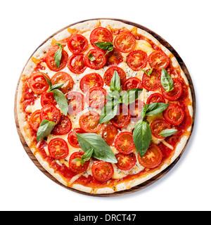Pizza italienne avec tomates cerises et basilic vert sur fond blanc Banque D'Images
