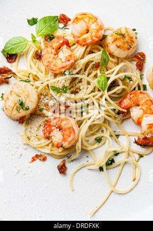 Spaghetti aux crevettes, pétoncles et basilic Banque D'Images