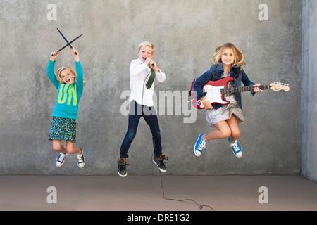 Les soeurs et le frère rocking out Banque D'Images