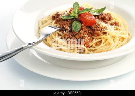Spaghettis à la bolognaise sur fond blanc Banque D'Images
