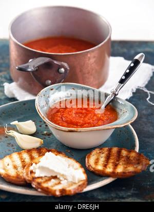 Gaspacho soupe à la tomate dans un bol bleu Banque D'Images