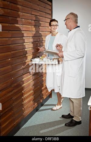 Les pharmaciens travaillant en pharmacie, Munich, Bavière, Allemagne Banque D'Images