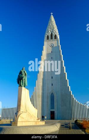 L'Islande Reykjavik statue de Leifur Eriksson et de l'église Hallgrimskirkja Banque D'Images