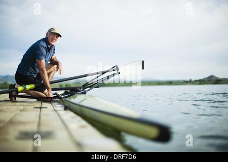 Colorado USA middle-aged man on jetty la préparation de bateau à rames Banque D'Images