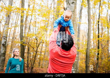 Père de lever son fils en l'air, la mère est à regarder, Osijek, Croatie Banque D'Images