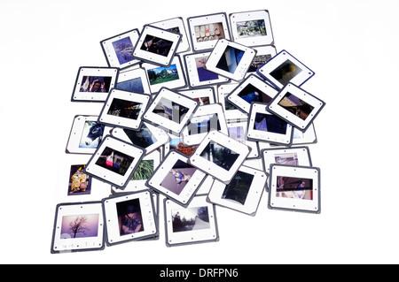 Un groupe de diapositives couleur couché sur fond blanc Banque D'Images