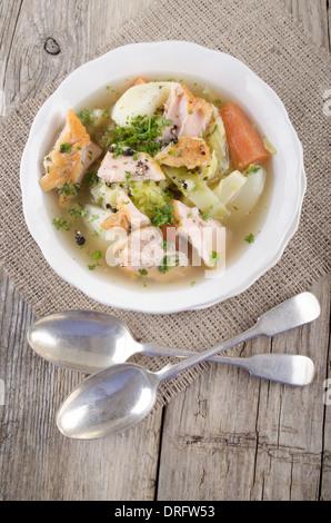 Le saumon sauvage irlandais ragoût dans un bol blanc Banque D'Images