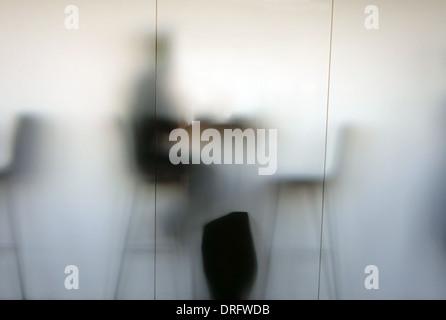 Personne dans le café qui se profile derrière la fenêtre en verre dépoli, Londres Banque D'Images