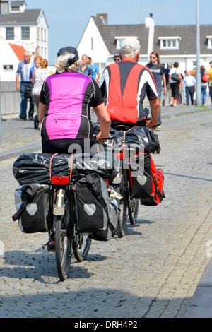 Faire du vélo à travers le couple Saint Servais (Sint Servaasbrug) pont sur le fleuve Meuse, Maastricht, Limbourg, Banque D'Images