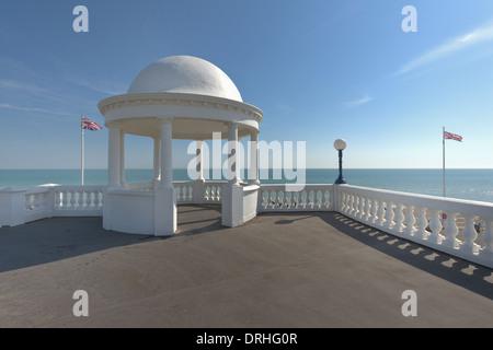 Le roi George V de la Colonnade De La Warr Pavilion et le front de tours avec battant drapeaux Union Jack Banque D'Images