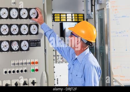 Ingénieur électrique centrale de l'inspection de contrôle en centre d'opérations de centrale électrique Banque D'Images
