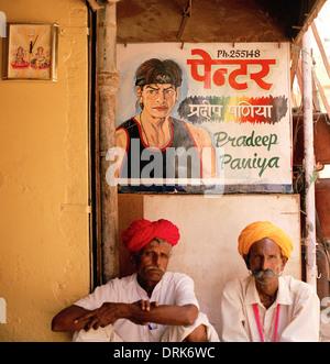 La vie de rue à Jaisalmer au Rajasthan en Inde en Asie du Sud. Les gens homme hommes de vivre Culture Turban Billet Banque D'Images