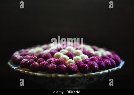 Globe amarante (Gomphrena globosa, ou 'bouton') Baccalauréat en fleurs dans un arrangement de fleurs. Banque D'Images