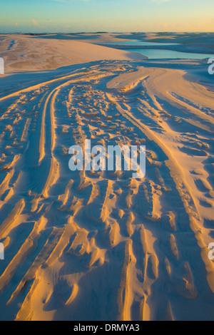 Les modèles et des Dunes Lacs pluie Parc National Lencois Maranhenses Brésil Océan Atlantique piégés dans des étangs Banque D'Images