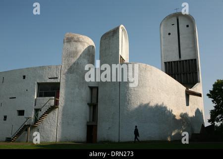 La chapelle Notre Dame du Haut conçu par l'architecte suisse Le Corbusier à Ronchamp, France. Banque D'Images
