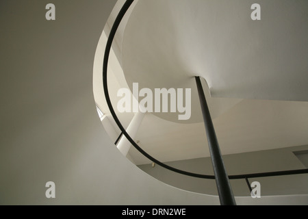 Escalier de la Villa Savoye conçu par l'architecte suisse Le Corbusier à Poissy, dans la banlieue de Paris, France. Banque D'Images