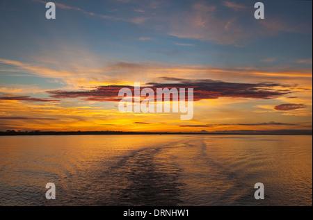 Beau lever de soleil à 6h00 sur une étendue de l'Amazone à partir d'un bateau croisière à la voile en amont de Belem Banque D'Images