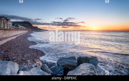 Tôt le matin la lumière au front de mer de Sidmouth, une petite ville côtière dans le sud du Devon Banque D'Images