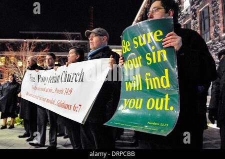 """Belfast, Irlande du Nord. 30 Jan 2014 - les manifestants de l'Église presbytérienne libre organiser des affiches disant """"sachez que votre péché vous trouvera', alors qu'ils chantent des hymnes à l'extérieur d'un théâtre, qui est l'hôte d'une pièce qu'ils considèrent comme """"blasphématoire"""" Crédit: Stephen Barnes/Alamy Live News"""