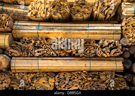 Planches en bois, superposés pour devenir du bois sec à Interlaken dans l'Oberland Bernois, Suisse Banque D'Images