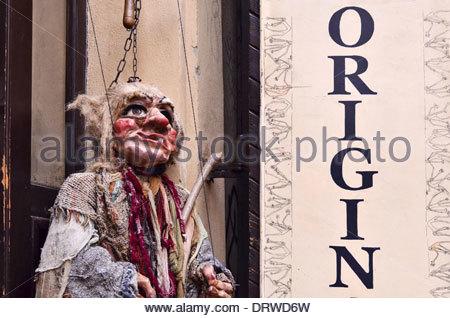 Marionnette sorcière marionnette shop à l'extérieur, dans la vieille ville de Prague République Tchèque Banque D'Images