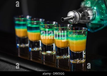 Faire Barman discothèque coups en alcoolique Banque D'Images
