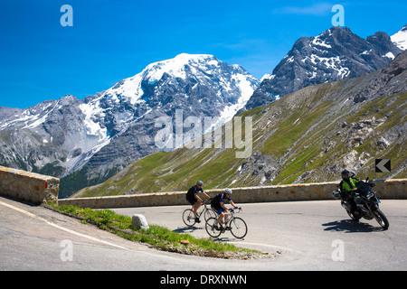 Cyclistes roulent roadbikes moto derrière montée sur le col du Stelvio, passo dello Stelvio Stilfser Joch,, dans Banque D'Images