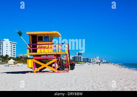 Floride, Miami Beach lifeguard tower dans un typique style art déco coloré Banque D'Images