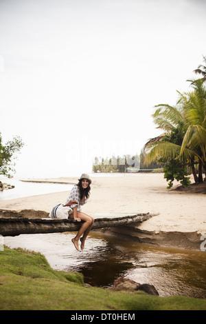 Péninsule de Samana République Dominicaine. jeune femme sur le pont de bois sur petit ruisseau Banque D'Images