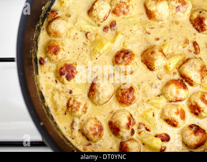 Libre de la viande de dinde au curry et ananas balle dans la casserole sur la cuisinière Banque D'Images