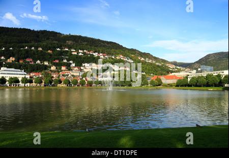 Vue sur le lac, Lille Lungegårdsvannet, vers le Mont Fløyen à Bergen, Norvège ville pendant l'été. Banque D'Images