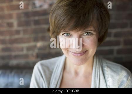Une femme dans un sourire Tête et épaules Banque D'Images