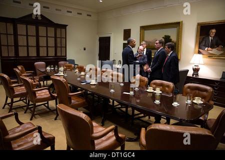 Le président américain Barack Obama parle avec des sénateurs démocrates à la suite d'une réunion avec les membres Banque D'Images