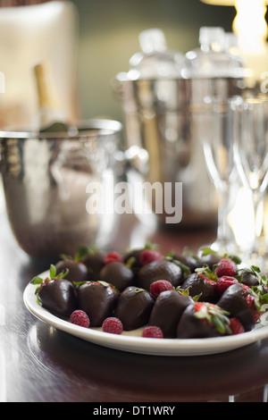 Assiette de fraises biologiques trempés à la main de manière artisanale fruits chocolat artisanal avec garniture Banque D'Images
