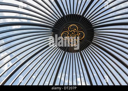 Détail de toit Gazebo dans le jardin de la reine au palais de Kew Royal Botanic Gardens, Kew Gardens, London, UK Banque D'Images