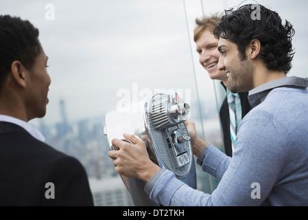 Vue sur cityThree les jeunes hommes à la recherche sur la ville Banque D'Images