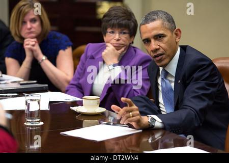 Les gestes du président américain Barack Obama lors d'une réunion avec des conseillers dans les Roosevelt Room de Banque D'Images