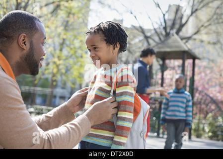 Une famille les parents et les deux garçons de passer du temps ensemble Banque D'Images