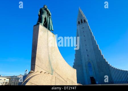 Statue de Leifur Eiriksson et l'église Hallgrimskirkja Reykjavik Islande Banque D'Images