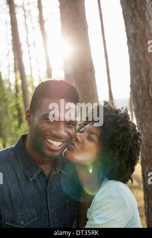 Un couple une jeune femme s'embrasser un homme sur la joue Banque D'Images