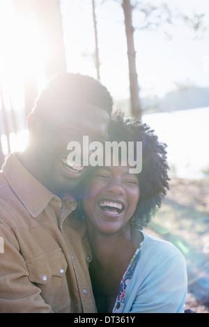Un couple heureux dans un endroit ombragé en forêt en été Hugging et maintenant chaque autres Banque D'Images