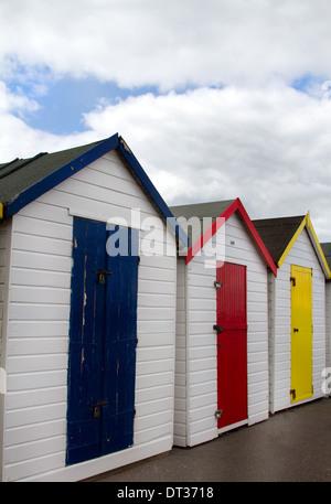 Cabines de plage en bois de couleur vive sur la Promenade à Paignton dans la région de Torbay.Devon England UK Banque D'Images