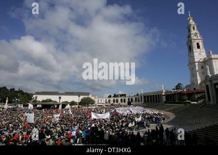 Un demi-million de pèlerins fréquentent un géant de masse en plein air avec le Pape Benoît XVI en sanctuaire de Banque D'Images