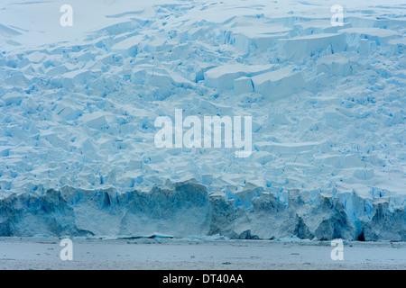 Un immense glacier en Antarctique, plus de cent mètres de haut. Son noyau montre la profondeur de couleur bleu cobalt Banque D'Images