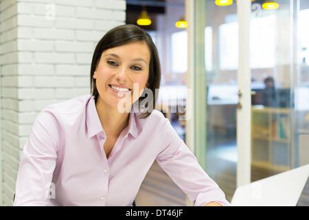 Jeune femme portrait heureux d'affaires bureau informatique Banque D'Images
